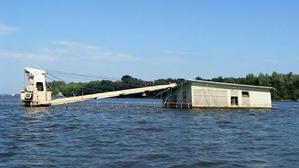 Экологической катастрофой грозит судно, затонувшее в апреле 2013 на Сухой Самарке