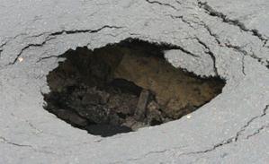 Дыры в трубах - асфальт под землю