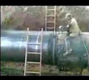 Монтажник варит трубу. Прикол смотреть всем.