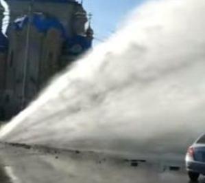 Прорыв трубы в Харькове: гейзер на дороге